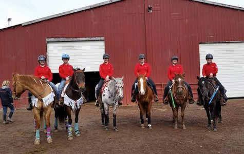 Hannah Kouffman, Madison Jameson, Sarah Painter, Katie Feichert, Serena Ward and Hannah Thoms with their horses.