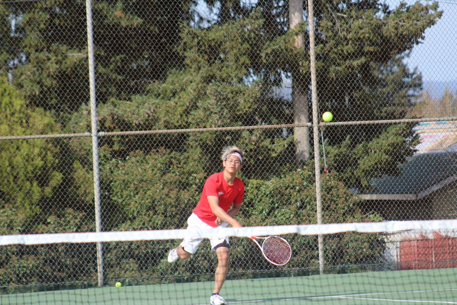 Austin Peng reaching for a ball.